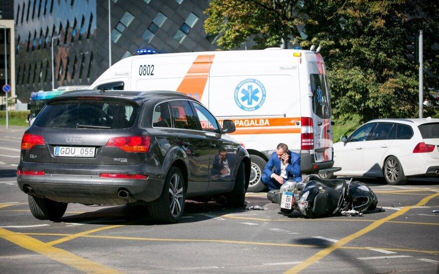 Vilniuje partrenktas motorolerio vairuotojas, pranešta, kad žmogus nejuda