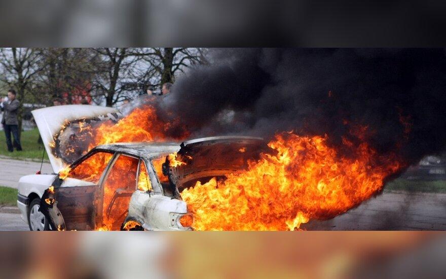 Degantis automobilis apgadino asfalto dangą: kas atlygins nuostolius?