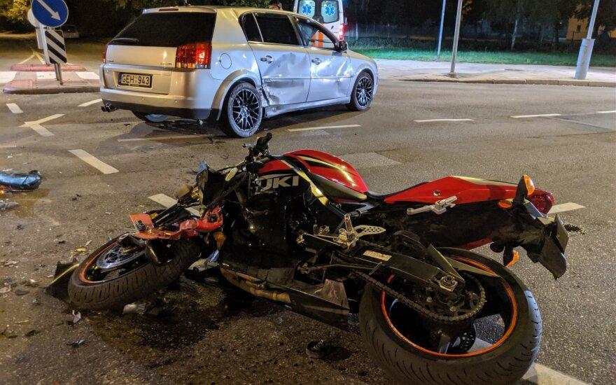 Naktį sostinėje, tuščioje gatvėje, susidūrė automobilis ir motociklas