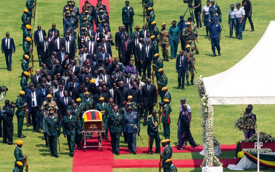 Susiskaldžiusi Zimbabvė atsisveikina su buvusiu prezidentu Mugabe
