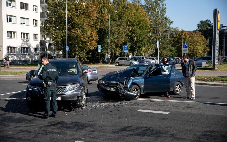 Paaiškino, kokias klaidas vairuotojai daro įvykus eismo įvykiui: dėl to yra ir žuvusių
