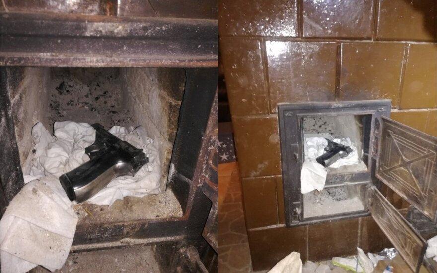 Kontrabandos bylą tiriantys pasieniečiai rado du, įtariama, nelegalius ginklus