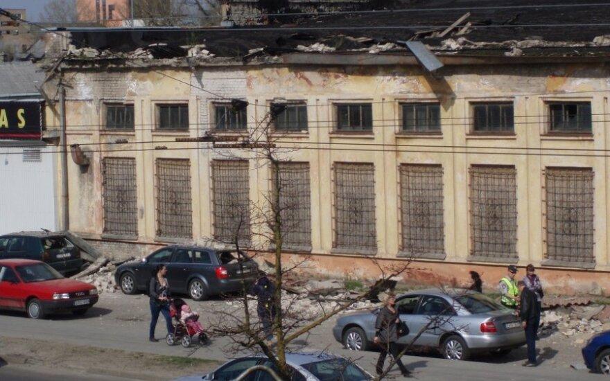 Subyrėjęs apleisto pastato parapetas apgadino automobilius