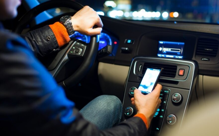 Half Lithuanian drivers ignore rules une using phones while driving