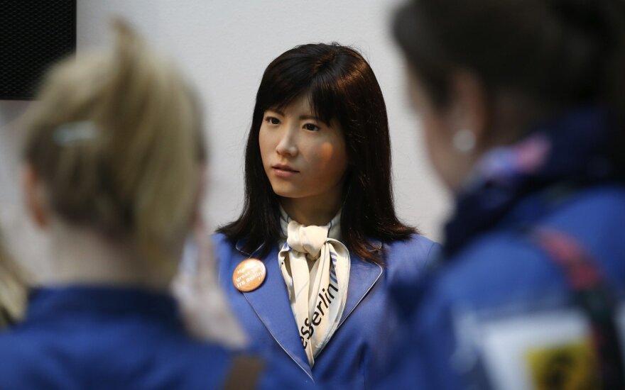 Iki 2020 m. 80 proc. Japonijos senjorų rūpinsis robotai