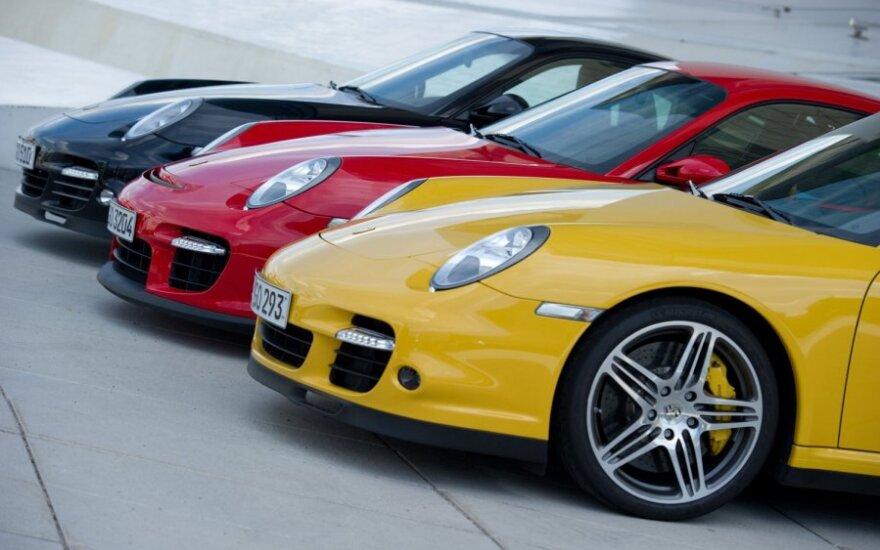 Vokietijos vėliavos spalvų Porsche automobiliai