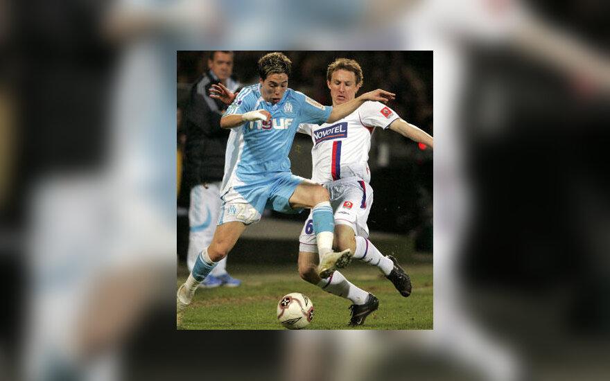 """Samir Nasri (kairėje, """"Marseille"""") kovoja su Kim Kallstrom (""""Lyon"""")"""