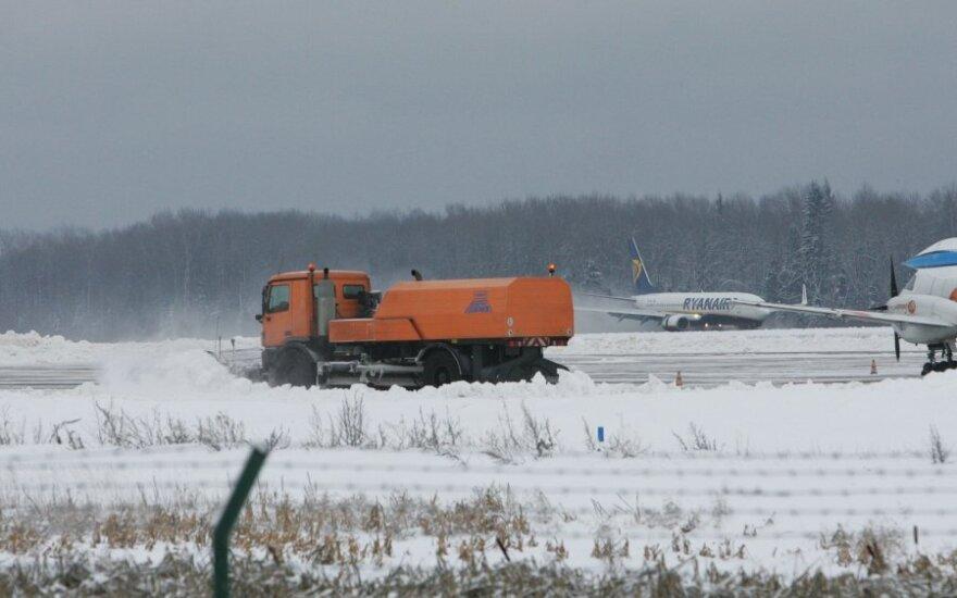 Dėl snygio nakčiai buvo uždarytas Kauno oro uostas – situacija išlieka sudėtinga