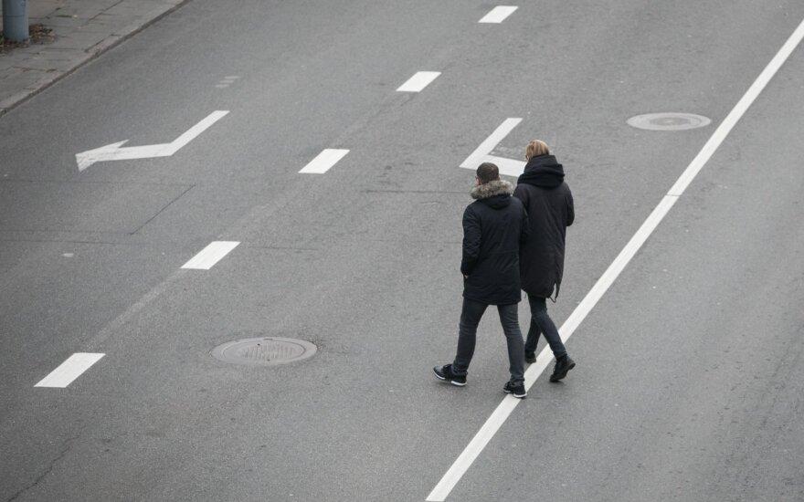 Atsipalaidavę pėstieji neišvengia klaidų: skubėjimas ir neapdairumas baigiasi nelaimėmis