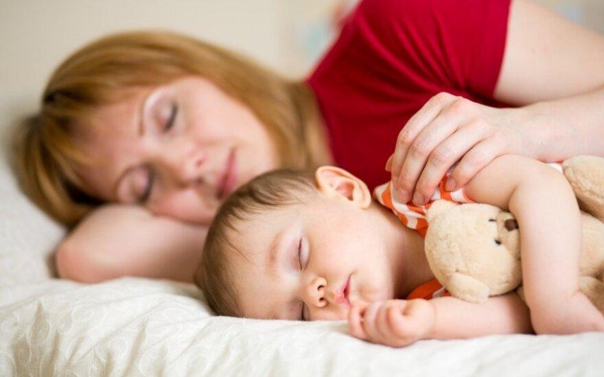 Pratinti vaiką užmigti vieną ar pagulėti prie jo: specialistai pateikė verdiktą, kaip geriau