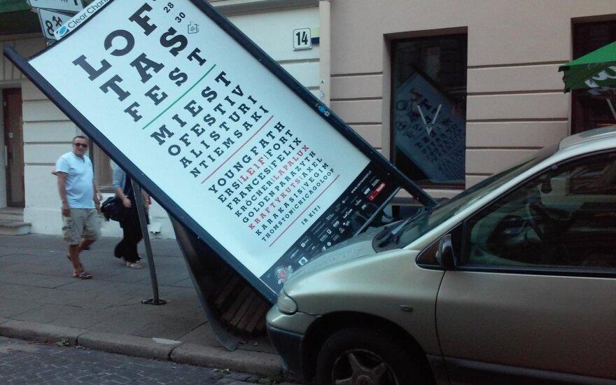 Vilniaus centre automobilis išvertė stendą: praeiviai nerimauja