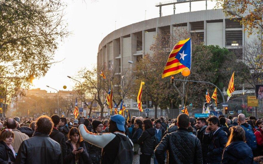 """Prieš """"El Clasico"""" protestuotojai blokuoja Barselonos gatves"""