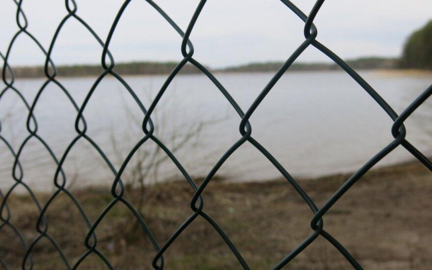 Prie ežerų vis dar galima rasti tvorų