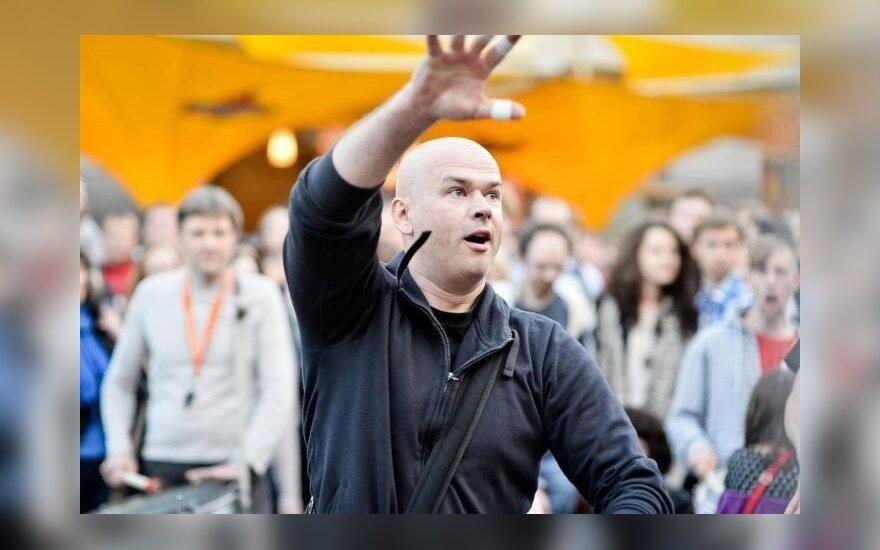 Žiauriai sumuštą kompozitorių T. Dobrovolskį žmonės palaiko maldomis, nors jo gyvybė jau gęsta