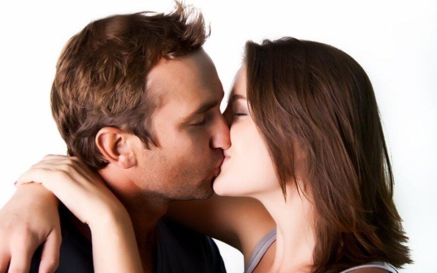 Tailande poros mėgina pagerinti ilgiausio bučinio rekordą