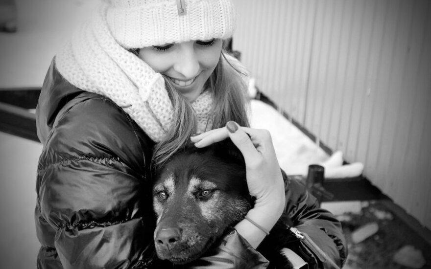 Vita Žilinskaitė su beglobiu šuniu
