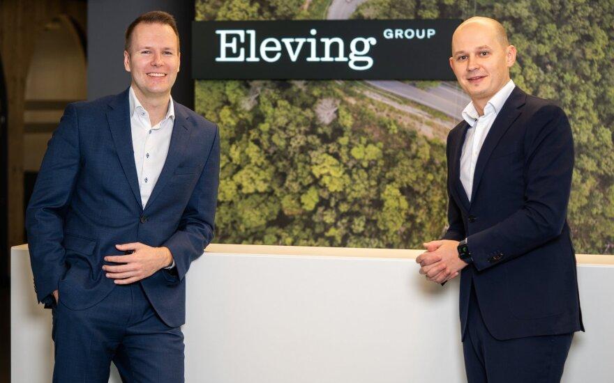 """Kairėje - įmonės finansų direktorius Maris Kreics, dešinėje - """"Eleving Group"""" generalinis direktorius Modestas Sudnius"""