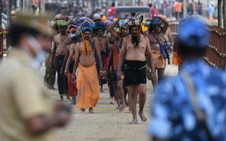 Hinduistų garbintojai prie Sabarimalos šventyklos