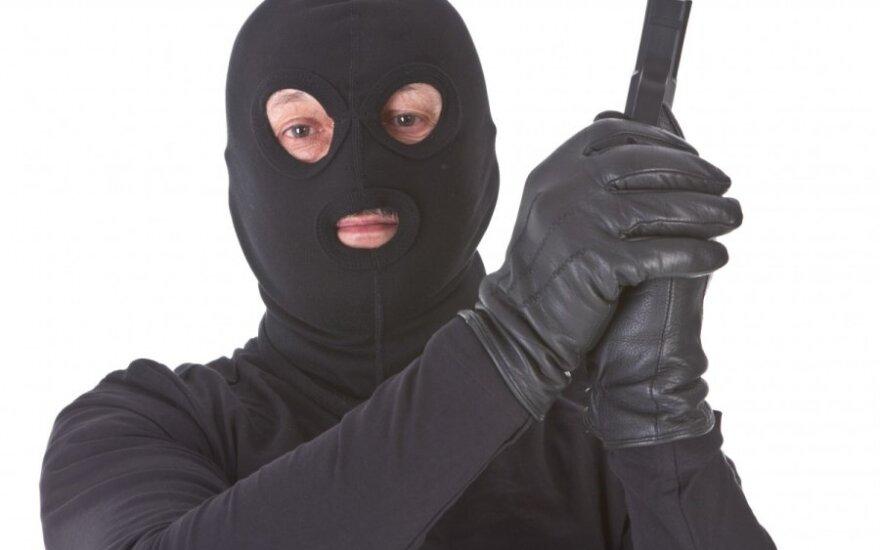 Kaukėti nusikaltėliai pralobo, kai Vilniuje apiplėšė degalinę