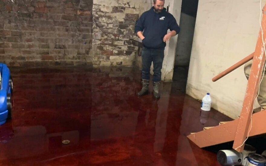 Nickas Lestina rado namo rūsį užtvindytą krauju