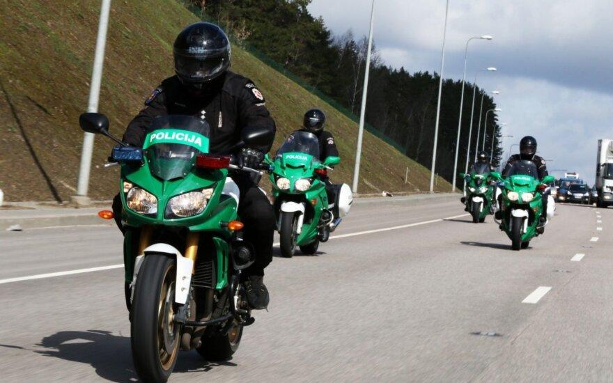 Kelių policininkai pasuko į motokroso trasą