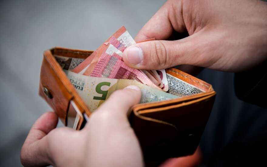 Siūloma kitais metais valstybės tarnautojų atlyginimo bazinį dydį didinti 5 proc.