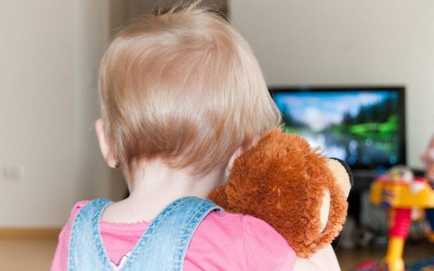 Vaikas žiūri TV