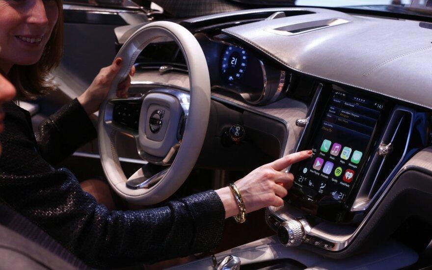 Specialistams nerimą kelia automobilių multimedijos įranga (asociatyvi nuotr.)