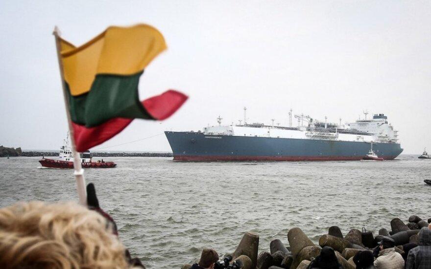 Lithuanians are greeting 'Independence' LNG floating facility entering Klaipėda port