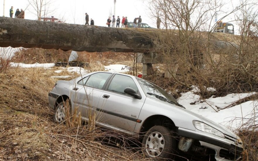 Elektrėnuose sąmonės netekęs vairuotojas nulėkė nuo šlaito - vyras išvežtas į ligoninę