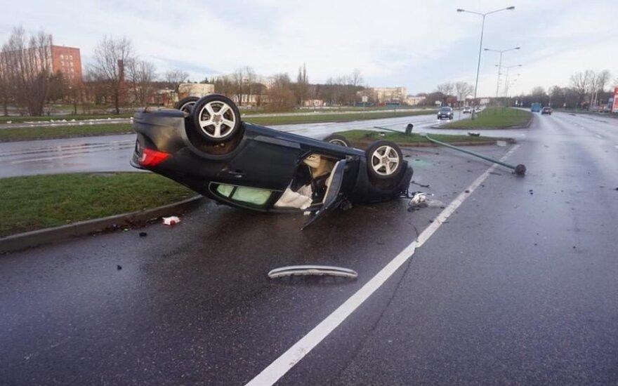 В Клайпеде перевернулся автомобиль