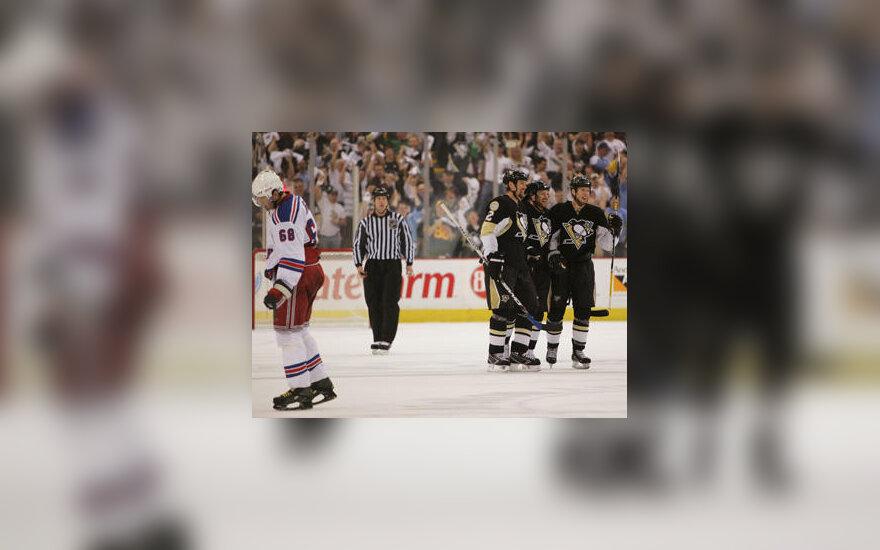 """""""Penguins"""" ledo ritulininkai švenčia pergalę prieš """"Rangers"""""""