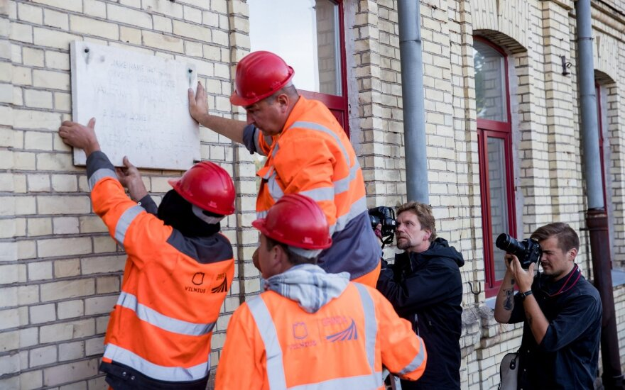 Memorial plaque to Soviet collaborator and poet Valsiuniene removed in Vilnius