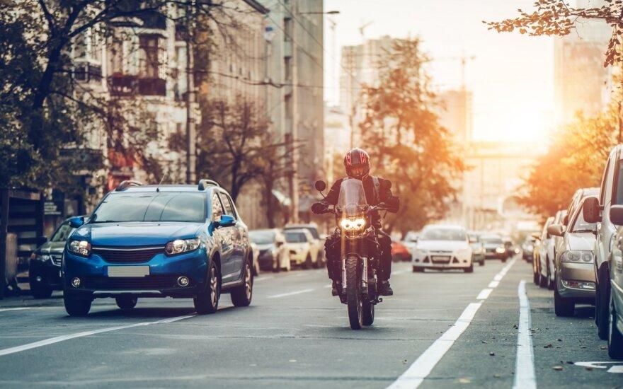 Seimas nutarė leisti turint B kategoriją vairuoti ir lengvuosius motociklus, bet su papildomomis sąlygomis
