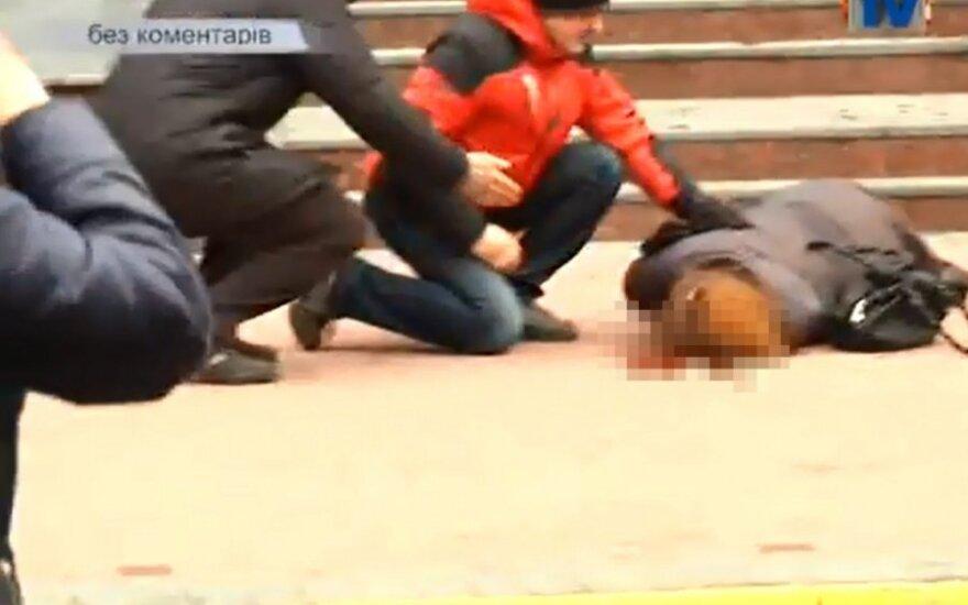 Vaizdo įrašuose iš Kijevo – spardomas žurnalistas ir pašauta moteris