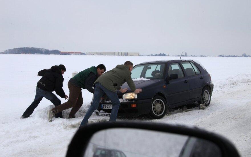 Šiaurinėje Prancūzijoje sniego neįveikė automobiliai