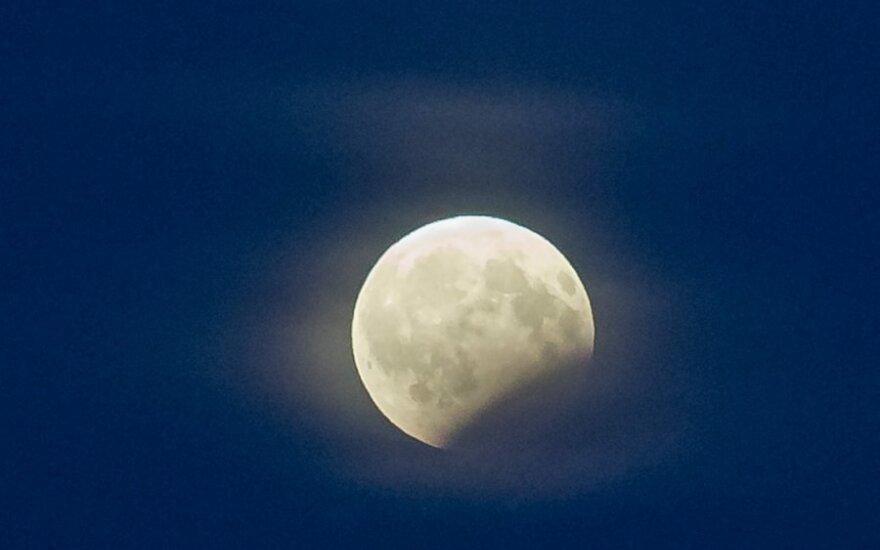 Naktį įvyko dalinis mėnulio užtemimas