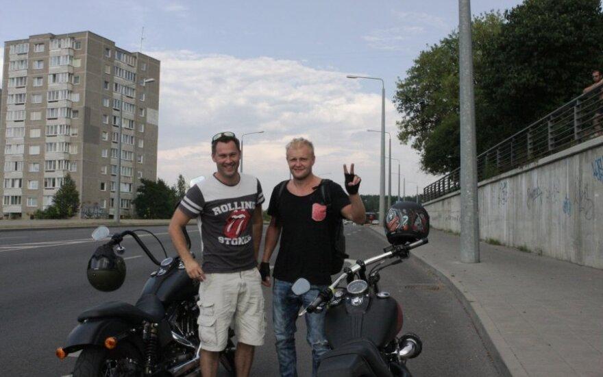 Reidas Vilniuje: į pajūrį motociklais susiruošę vaikinai neprarado nuotaikos net gavę baudas
