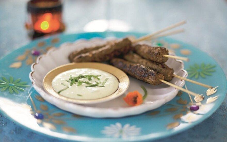 Maltos mėsos kebabai su jogurto ir mėtų padažu