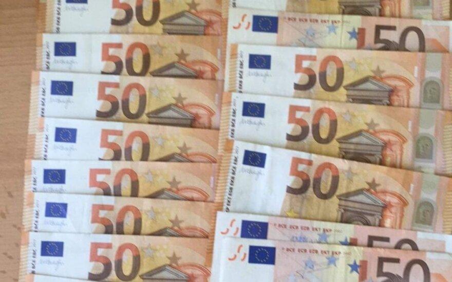 Garbingi klaipėdiečiai, pamatę iš bankomato kyšančius pinigus, iškvietė policiją