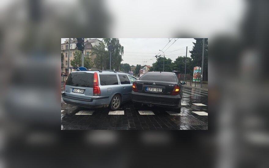 Praeivė užfiksavo du Vilniuje kelio nepasidalinusius automobilius