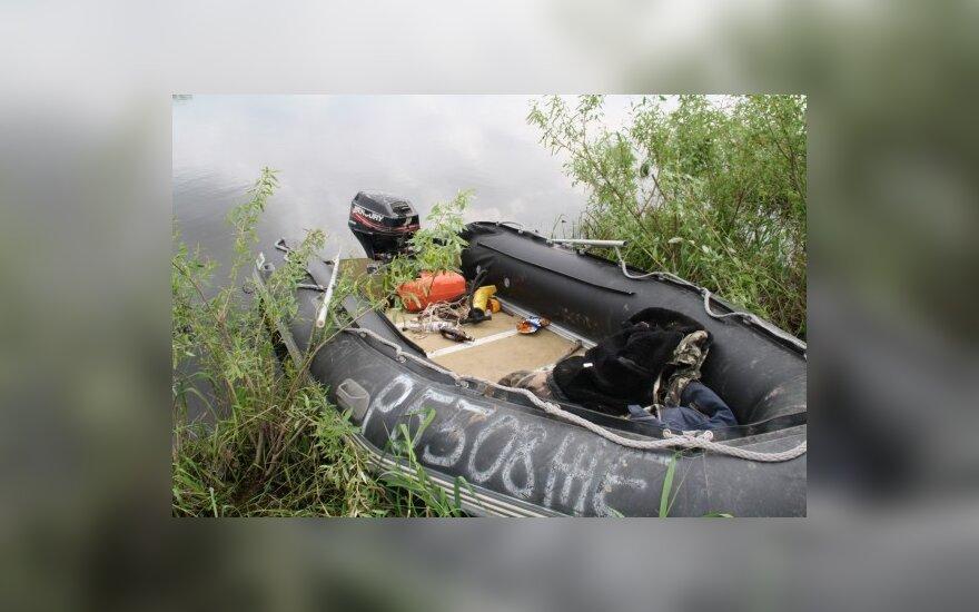 Girtų suįžūlėjusių rusų valtį ir jos variklį pasieniečiai suvarpė kulkomis