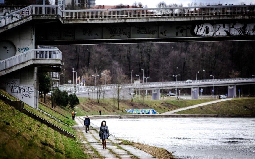 Drama Vilniuje: pastebėtas per tilto turėklą persisvėręs žmogus, į įvykio vietą nuskubėjo tarnybos