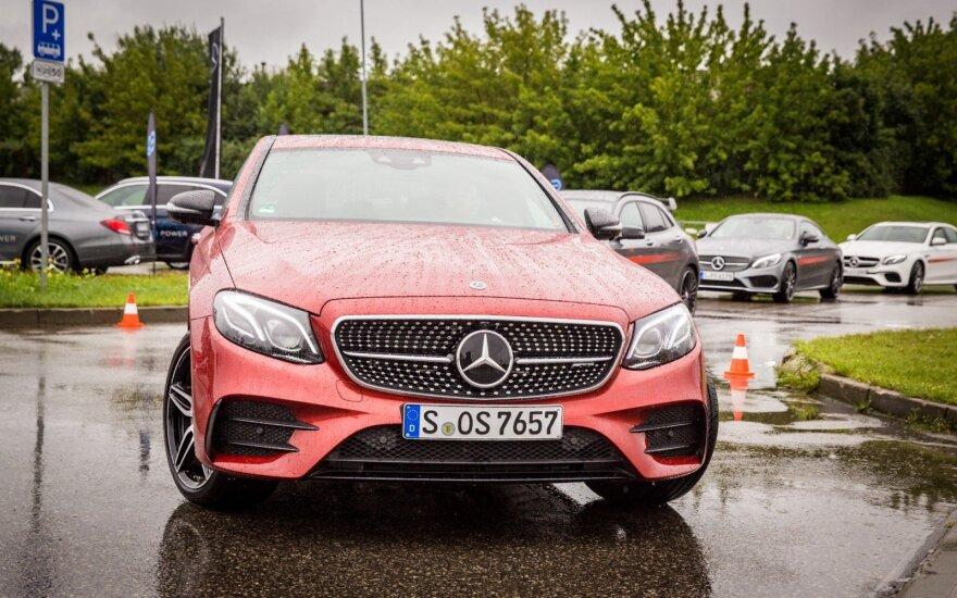 "Vilniuje riaumojo galingieji ""Mercedes-AMG"" automobiliai"
