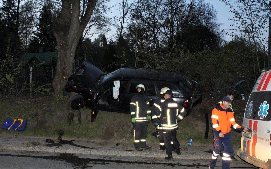 Vilniaus pakraštyje BMW rėžėsi į medį, sužaloti trys žmonės, du jų prarado sąmonę