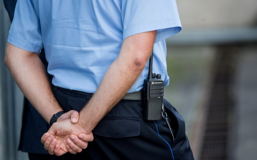 Pareigūnas tapo kalinio tarnu: viskas dėl pinigų