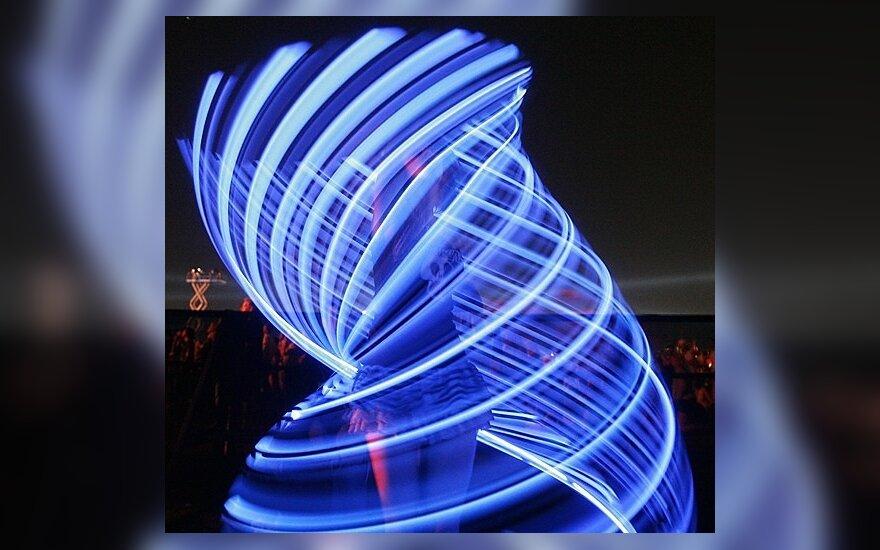 Šokėja fluorescencinėje spiralėje Kalifornijoje vykstančiame muzikos festivalyje.