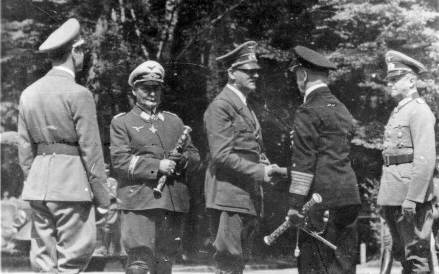 Iš kairės į dešinę: Hermannas Goeringas, Adolfas Hitleris, Erichas Raederis ir Wilhelmas Keitelis