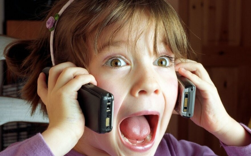 Mergaitė kalba telefonu