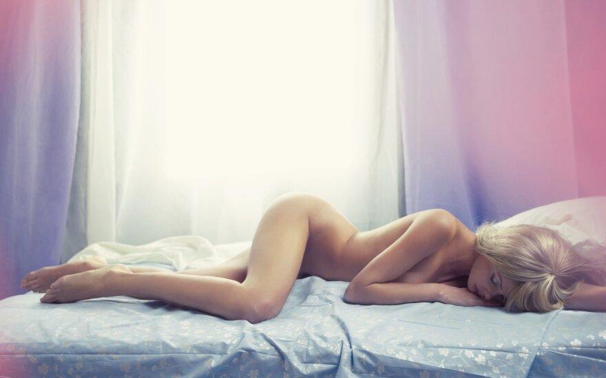 """Įspūdingus erotinius paveikslus tapančio meninko mūza - JO žmona <span style=""""color: #ff0000;"""">FOTO</span>"""